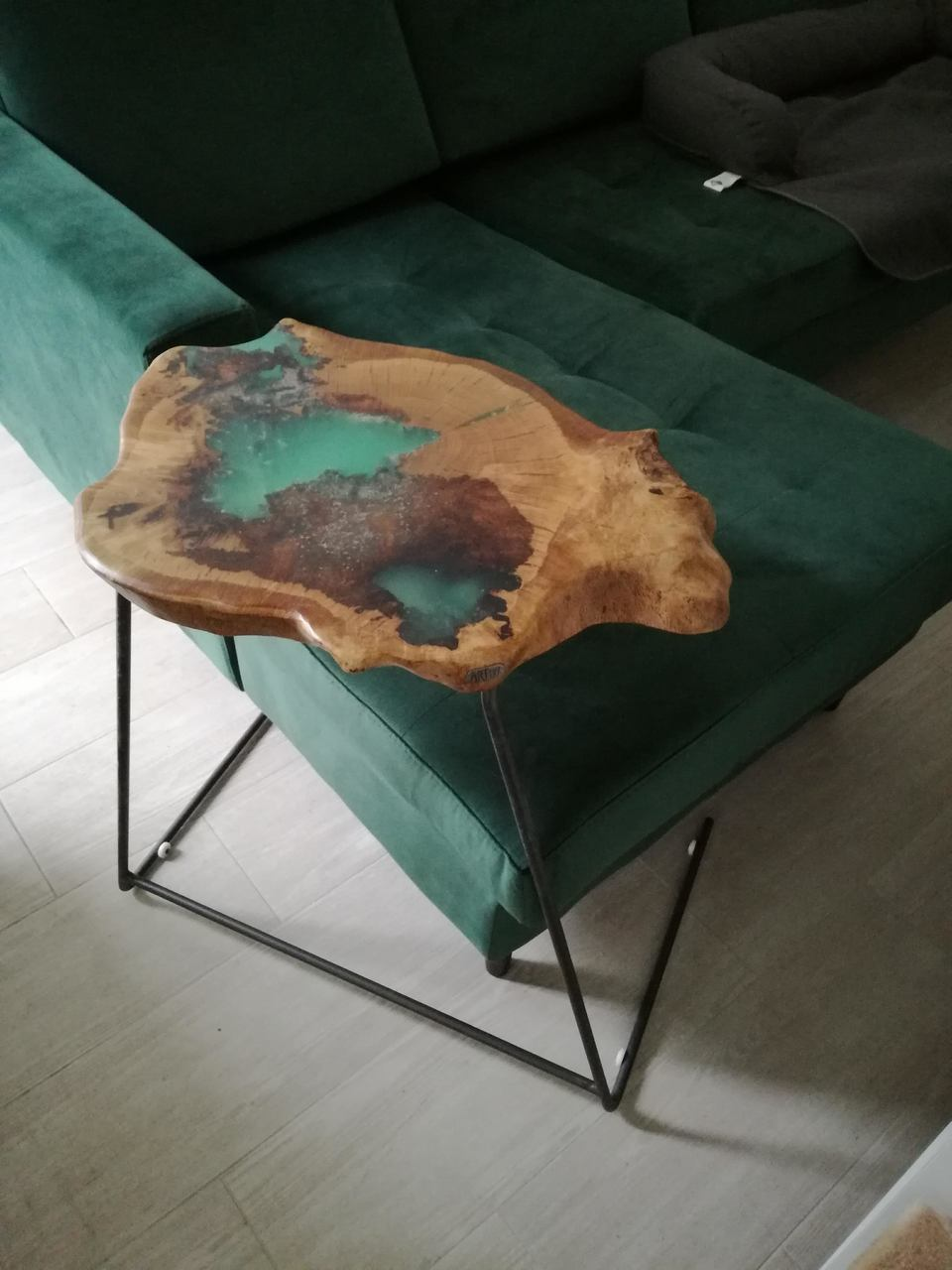 Side table in oak and resin